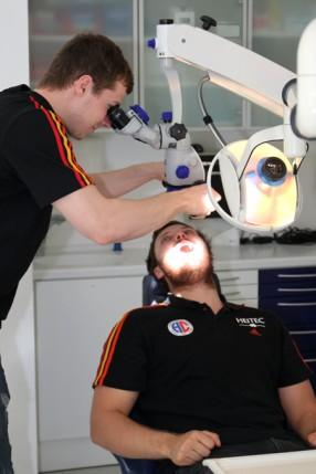 Jonas Link inspiziert Jonas Thümmler